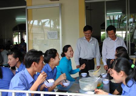 Lãnh đạo LĐLĐ tỉnh Khánh Hòa kiểm tra chất lượng bữa ăn công nhân tại một doanh nghiệp