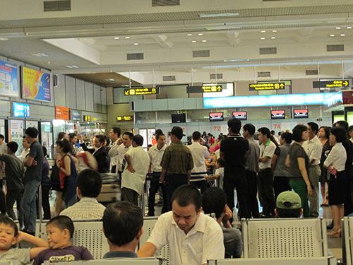 Hành khách chờ lên máy bay ở sân bay Nội Bài (Hà Nội) - Ảnh: Tô Hà
