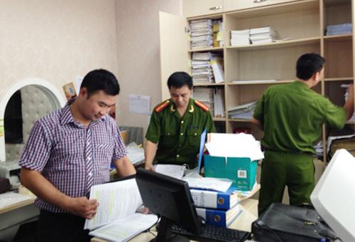 Lực lượng công an đang khám xét tại văn phòng của Công ty Khải Thái ở tòa nhà CharmVit, số 117 Trần Duy Hưng, quận Cầu Giấy - Ảnh: CAND