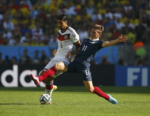 Tranh chấp bóng trước một hậu vệ Pháp