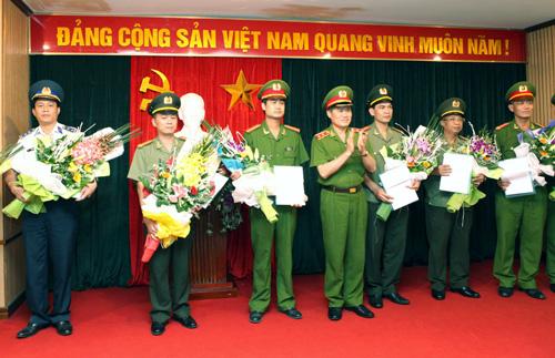 Trung tướng Đỗ Kim Tuyến (thứ 4 từ trái qua) trong lễ khen thưởng các đơn vị tham gia phá vụ án Nguyễn Ngọc Minh (Minh Sâm)