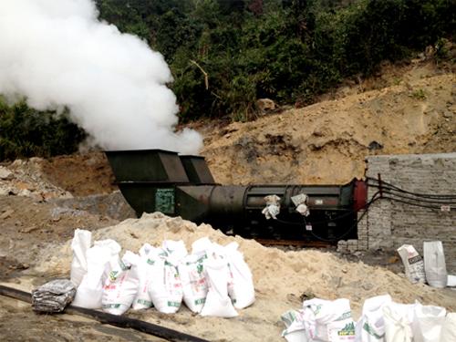 Khó vẫn bốc lên từ lò than bị cháy vào sáng 16-1 - Ảnh: QNO