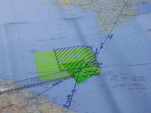 Toàn cảnh sơ đồ khu vực tìm kiếm máy bay của Hãng hàng không Malaysia Airlines mất tích. Trong đó vùng gạch chéo là của Việt Nam, xanh đậm của Malaysia và xanh nhạt của Singapore - Ảnh: Tô Hà
