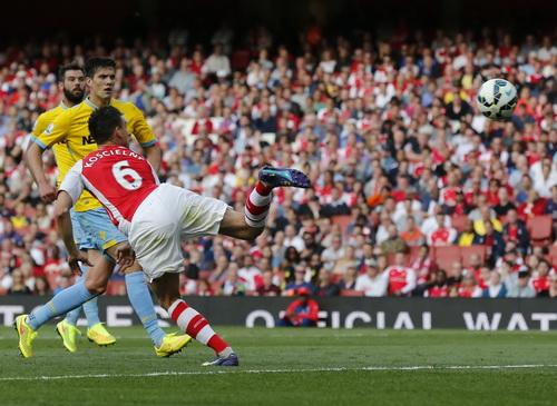 Pha ghi bàn khó của Koscielny giúp Arsenal cân bằng thế trận