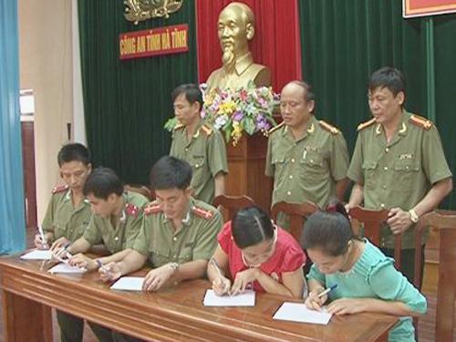 Một đơn vị của Công an tỉnh Hà Tĩnh ký cam kết thực hiện chính sách dân số kế hoạch hóa gia đình - Ảnh: Cổng TTĐT Công an tỉnh Hà Tĩnh