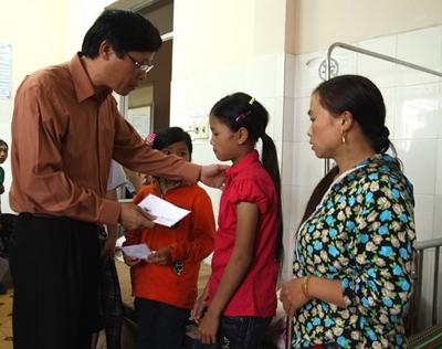 Lãnh đạo tỉnh Lai Châu hỗ trợ ban đầu cho thân nhân các gia đình bị nạn. ảnh: Thanh Thủy-Khắc Kiên/VOV