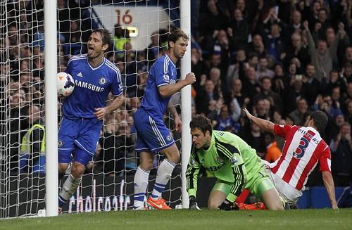 Lampard nhân đôi cách biệt sau cú sút phạt đền không thành công