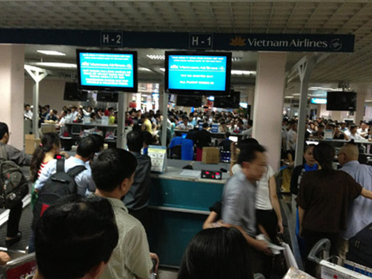 Khu vực làm thủ tục check in tại nhà ga đi trong nước sân bay Tân Sơn Nhất - Ảnh minh họa