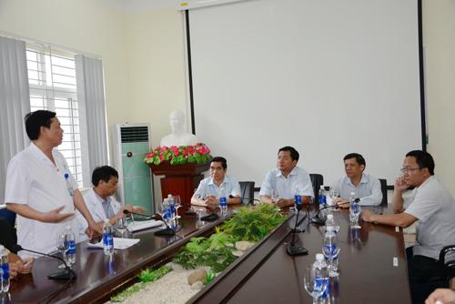 Bộ trưởng Đinh La Thăng (thứ ba từ trái qua) và Thứ trưởng Nguyễn Thanh Long (thứ hai từ trái qua) nghe lãnh đạo Bệnh viện Lào Cai báo cáo về việc cấp cứu, cứu chữa người bị nạn