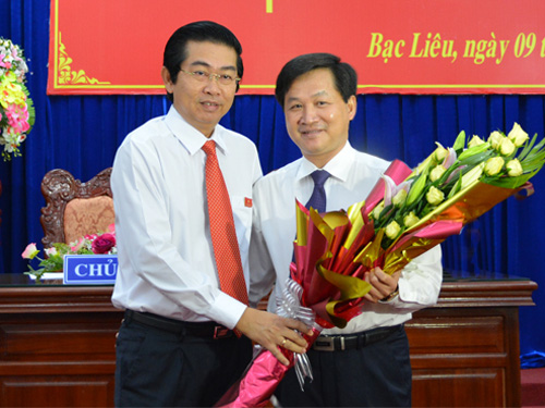 Bí thư Tỉnh ủy Bạc Liêu Võ Văn Dũng (trái) trao hoa chúc mừng ông Lê Minh Khái (phải) được bầu làm Chủ tịch UBND tỉnh Bạc Liêu - Ảnh: baclieu.gov.vn