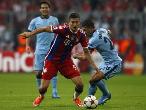 Lewandowski đi bóng trước sự đeo bám của Demichelis