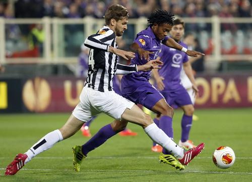 Llorente (trái, Juventus) đi bóng trước sự truy cản của Cuadrado (Fiorentina)