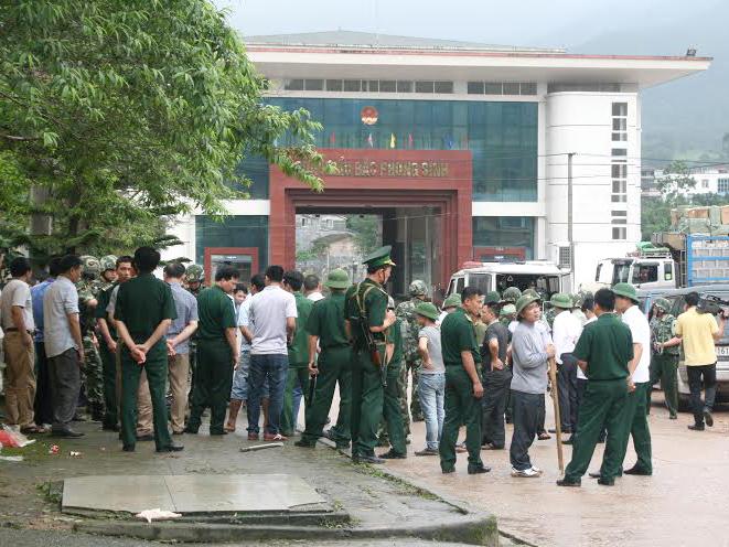 Các lực lượng chức năng của Việt Nam đang giải quyết vụ việc nghiêm trọng tại cửa khâu Bắc Phong Sinh - Ảnh: TPO
