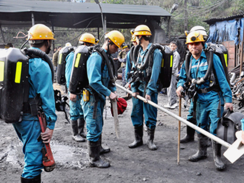 Lực lượng cứu hộ khắc phục hậu quả vụ nổ lò than sáng 16-1 -Ảnh: QNO
