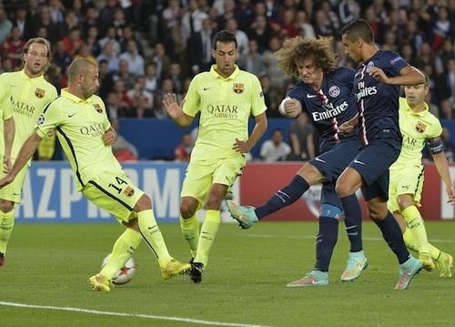 David Luiz (giữa) ghi bàn mở tỉ số