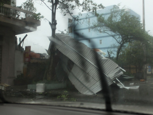 Mái tôn một ngôi nhà ở TP Móng Cái (tỉnh Quảng Ninh) bị gió bão Thần Sấm thổi bay