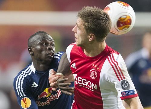 Sadio Mane (trái) ghi bàn cho Salzburg trước chủ nhà Ajax