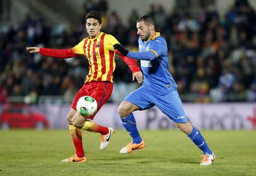 Marc Bartra (trái) đi bóng trước sự truy cản của các hậu vệ Getafe