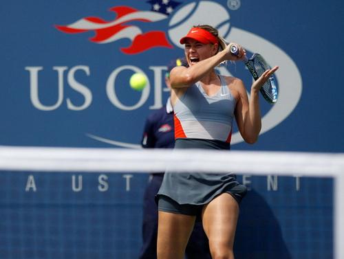 Maria Sharapova vất vả trước Wozniacki