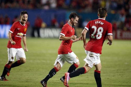 Đồng đội chia vui với Mata (giữa) sau bàn nâng tỉ số lên 2-1
