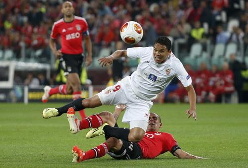 Maxi tranh chấp bóng với Carlos Bacca (9, Sevilla)