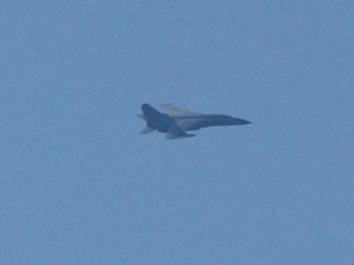 Một máy bay chiến đấu của Trung Quốc bay trên khu vực giàn khoan Hải Dương 981 hạ đặt trái phép trong vùng biển của Việt Nam - Ảnh: TTO