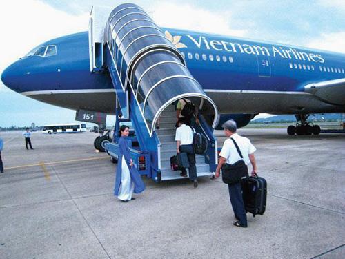 Máy bay Vietnam Airlines đón khách tại sân bay quốc tế Nội Bài - Ảnh minh họa