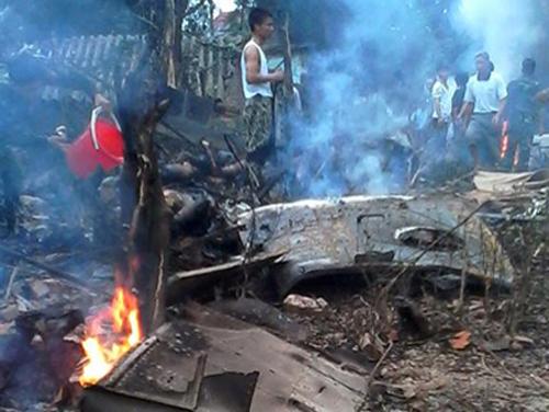 Lực lượng chức năng đang thực hiện việc cứu hộ tại hiện trường máy bay trực thăng rơi - Ảnh: VNE