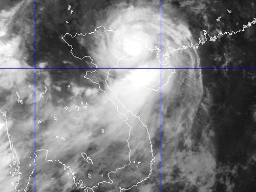 Hình ảnh mây vệ tinh cho thấy bão Thần Sấm đã đổ bộ vào khu vực biên giới Việt-Trung trưa 19-7 - Nguồn: Trung tâm dự báo khí tượng thủy văn TƯ