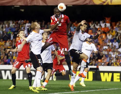 Stephane Mbia ghi bàn quyết định, đưa Sevilla vào chung kết phút 90+4