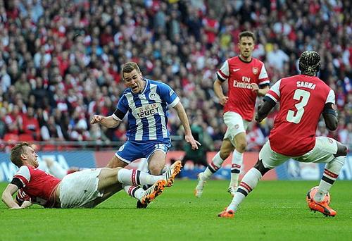 Mertesacker phạm lỗi với McManaman, dẫn đến bàn thua cho Arsenal