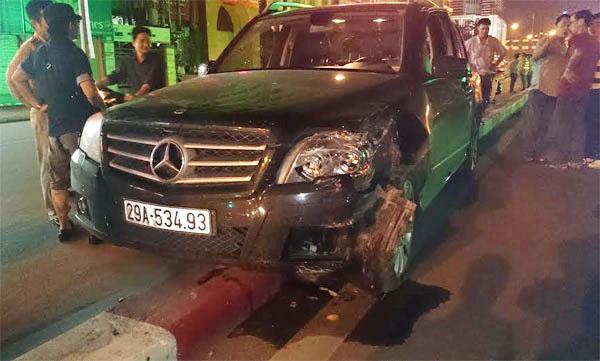 Chiếc Mercedes nằm trên dải phân cách giữa 2 làn đường