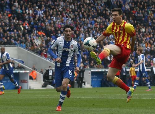 Messi trong sắc áo đỏ- vàng đặc trưng vùng Catalonia