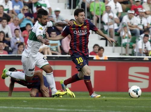 Barcelona (Messi) bị đối thủ níu chân