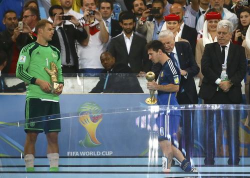 Lionel Messi buồn bã nhận danh hiệu Quả bóng vàng World Cup