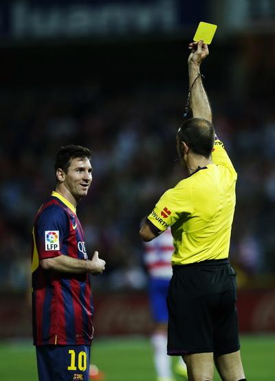 Messi nhận thẻ phạt - Hình ảnh thất thế của Barcelona