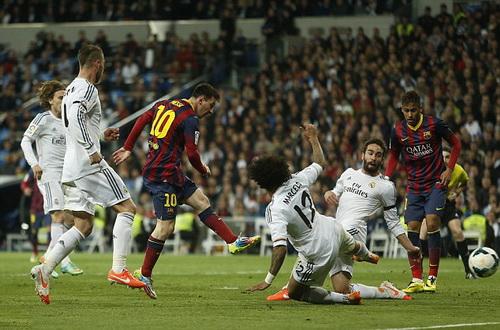 Messi xoay trở trước 4 hậu vệ Real và ghi bàn