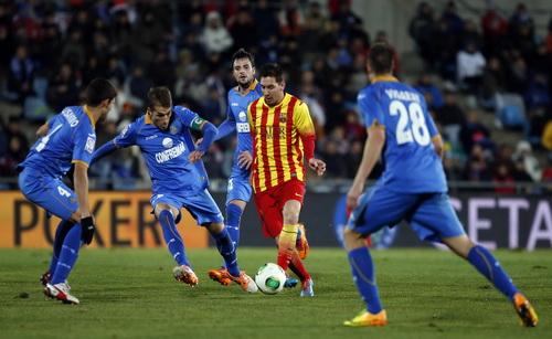 Messi đi bóng qua ba hậu vệ trước khi ghi bàn thứ nhì