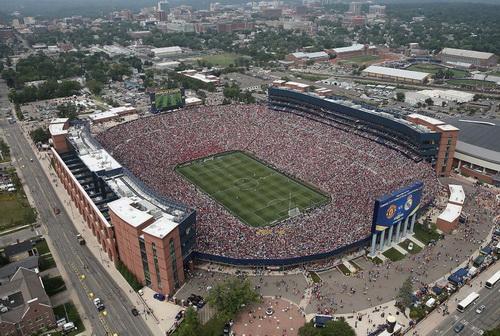Sân Michigan hơn 100.000 chỗ chật cứng khán giả