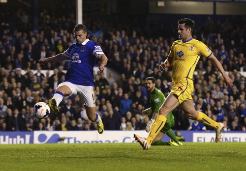 Steven Naismith đi bóng tấn công trước hàng thủ Palace