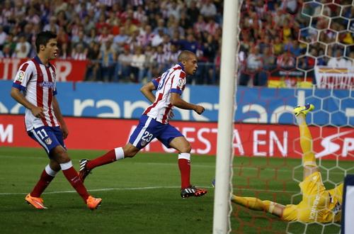 Miranda (23) ghi bàn thắng duy nhất cho Atletico Madrid