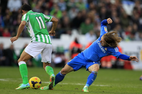 Modric vất vả đoạt bóng từ Juanfran