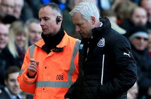 Alan Pardew bị truất quyền chỉ đạo ở phút 72