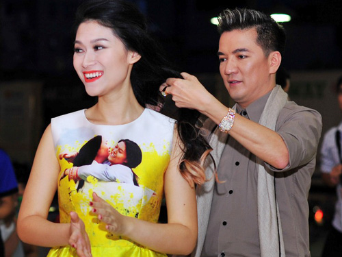 Đàm Vĩnh Hưng tỏ ra là một ông bầu chu đáo khi chỉnh tóc cho nữ diễn viên chính Ngọc Thanh Tâm