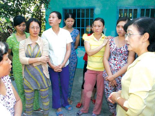 Bà Bùi Thị Tuyết Nhung, Chủ tịch LĐLĐ huyện Hóc Môn, TP HCM (bìa phải), tham gia hòa giải một vụ ngừng việc ẢNH: VĨNH TÙNG