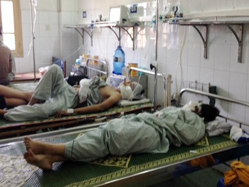 Các nạn nhân vụ cháy quán bar Luxury đang được điều trị tại BV Xanh Pôn. Ảnh: CTV