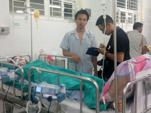 Anh Nguyễn Việt Thắng, nạn nhân trong vụ tai nạn thảm khốc, tường trình lại giây phút kinh hoàng với báo chí bên giường bệnh người yêu đang hôn mê - Ảnh: Văn Duẩn