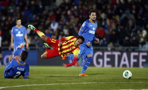 Trước khi rời sân vì chấn thương, Neymar đã được đối thủ chăm sóc rất kỹ