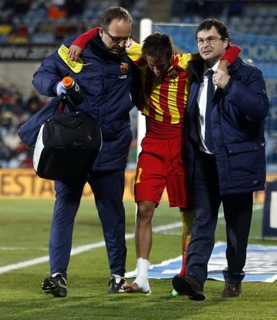 Nemar chấn thương là nỗi lo cho HLV Martino (phải)