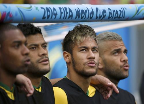Hai mái tóc nhuộm vàng của Neymar và Alves khiến HLV Dunga ngứa mắt